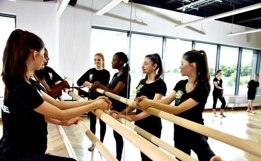 Regular_6.4_dance_studio_-_mirror_-_6.33_mb_-_5616x3744