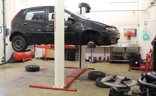 Regular_gateway_-_mechanics_garage