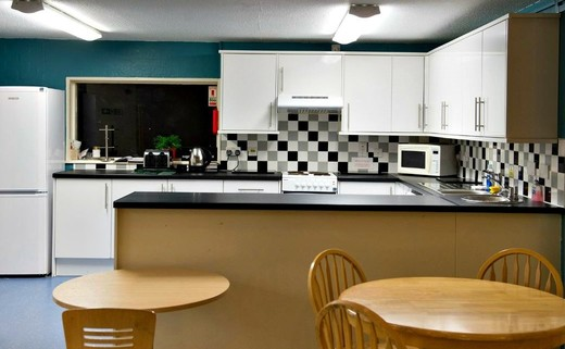 Regular_reddish_kitchen_1040