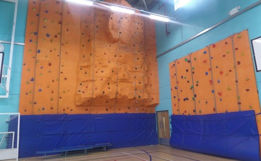 Regular_climbing_wall_resized